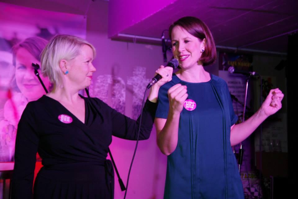 Juontaja Elina Hirvonen kysyi yleisön esittämiä kysymyksiä. Ehdokasta ei päästetty helpolla.